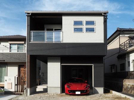 開放的な2Fリビングのガレージハウス