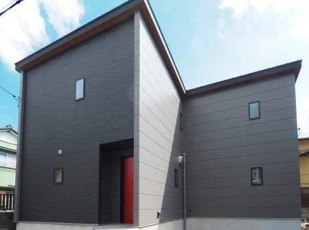 赤いドアが素敵!音楽室のある家