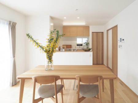 ぬくもりと落ち着きを備えた木目デザインの家